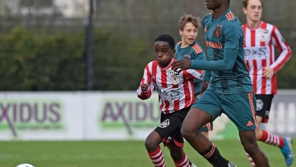 """Игрок юношеской команды """"Аякса"""" в 14 лет шокировал сеть своими габаритами – впечатляющее фото"""