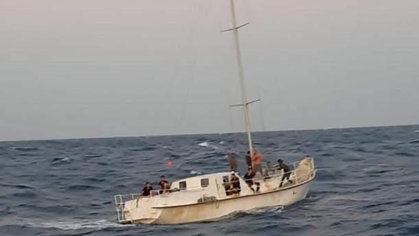 На маленькой прогулочной яхте находились аж 74 нелегальных мигранта