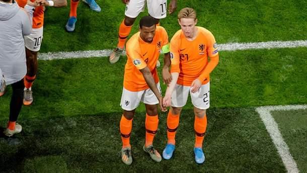 Нидерландские футболисты сделали красивую акцию против расизма во время матча: видео