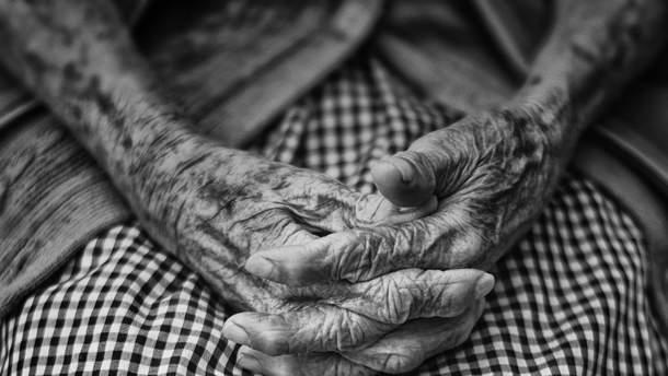 О каких заболеваниях могут рассказать руки пожилых людей