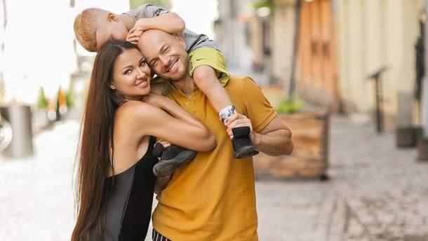 Влад Яма с женой и сыном прогулялись по Львову: удивительные кадры