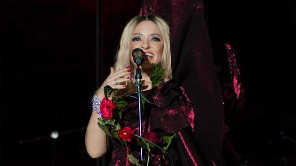 Наталія Могилевська вразила концертним образом у бордовій сукні з глибоким розрізом: фото