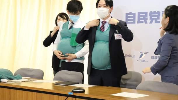 Японские депутаты ходили с накладными животами, чтобы лучше понимать беременных женщин: видео