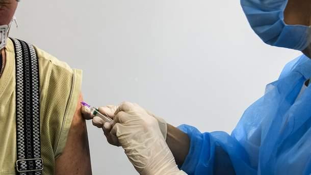 Когда все желающие украинцы смогут вакцинироваться от COVID-19: ответ Минздрава