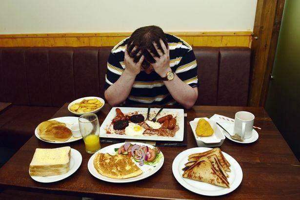 Мужчина пытался съесть завтрак на 8000 калорий