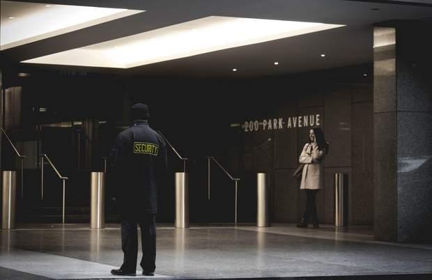 Охранник не может Вас осматривать без наряда полиции