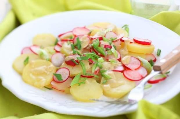 Весенний салат с редисом и картофелем на пикник