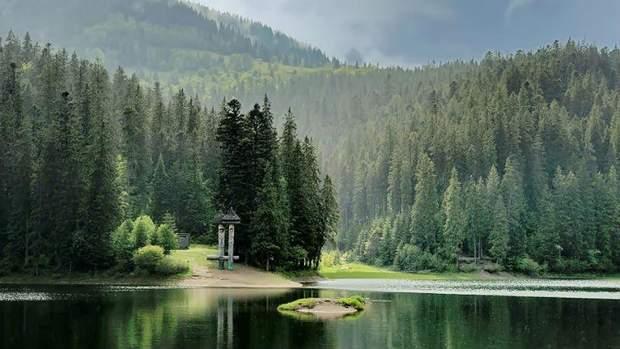 Куди поїхати натравневі свята: озеро Синевир