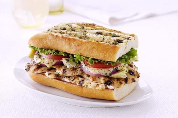 Сэндвич с курицей – прекрасное блюдо для пикника