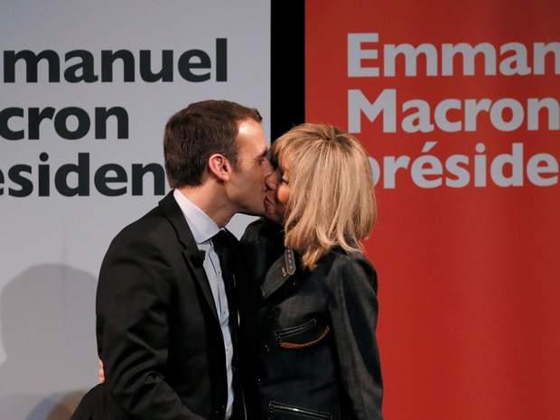 Еммануаль Макрон відомий також своєю особливою романтичною історією. На фото – поцілунок з дружиною після оголошення результатів першого туру