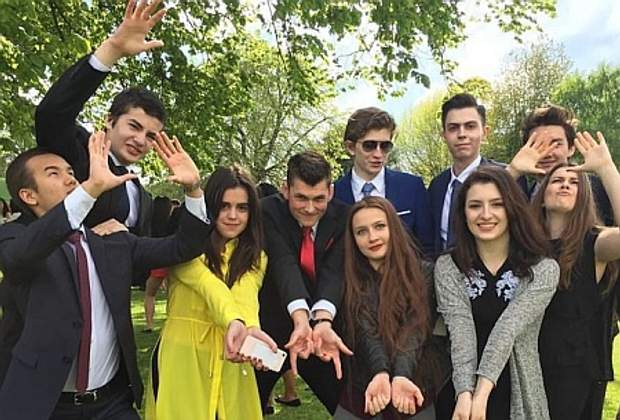 Євгенія та Олександра Порошенка закінчують британський коледж