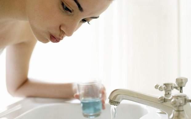 Між чистками зубів використовуйте зубну нитку і спеціальні ополіскувачі 21bc95017adf3