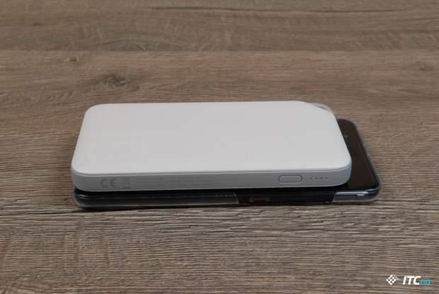 Порівняння розмірів Huawei AP08Q поріняно зі смартфоном