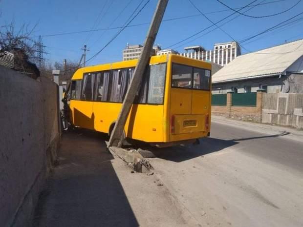 Маршрутка протаранила паркан житлового будинку у Сумах