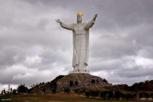 Наголові найвищої усвіті статуї Ісуса Христа встановили антени