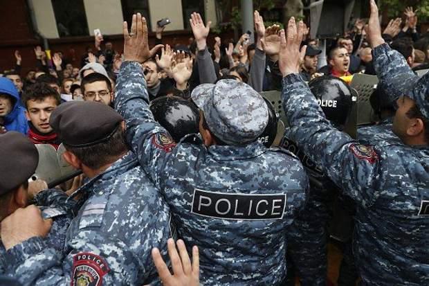 21 квітня вірменська поліція затримала понад 100 опозиціонерів-учасників мітингів за відставку Саргсяна