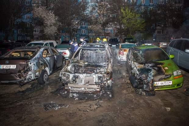автомобіль із людьми загорівся у Дніпрі