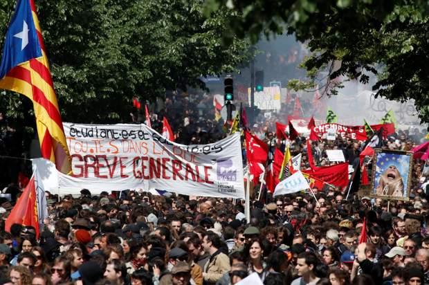 анархісти у Парижі спалили автівку та потрощили вітрини