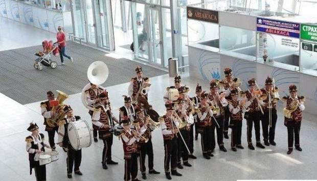 Виступ оркестру в аеропорту