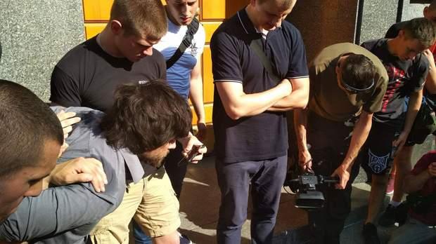 Націоналісти затримали Рафаеля Лусваргі вдень 4 травня у Києві https://24tv.ua/ukrayina_tag1119