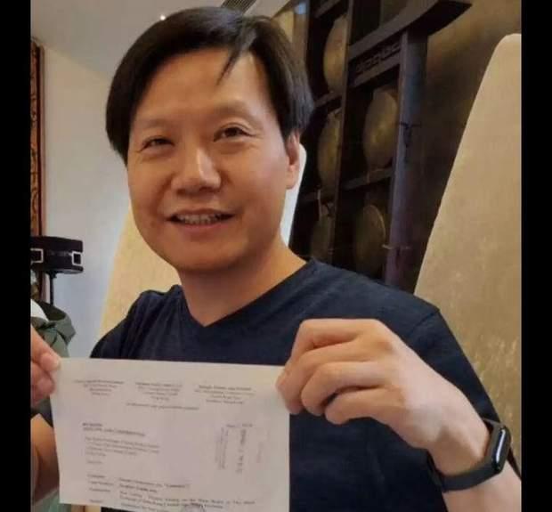 Xiaomi Mi Band 3 на руці голови компанії