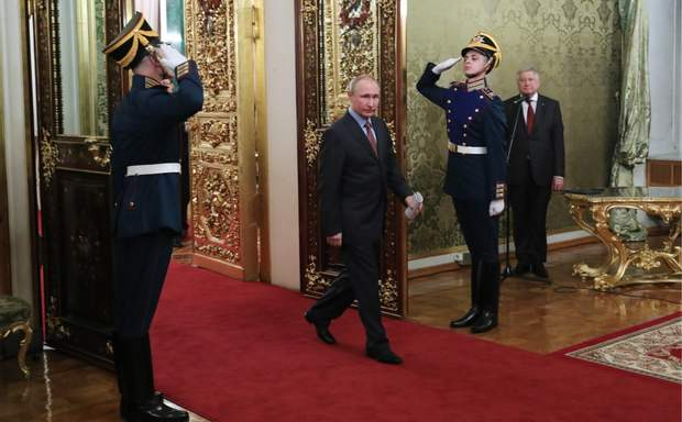 Інсценізація влади Путіна у Кремлі приховує те, наскільки вона насправді слабка