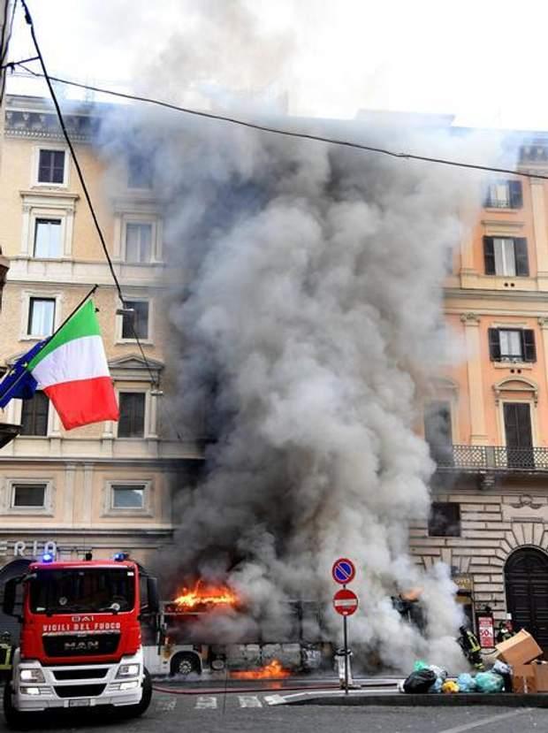 Чорний дим внаслідок пожежі автобуса в Римі