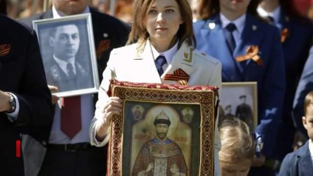 Наталія Поклонська тримає ікону Ніколая Второго