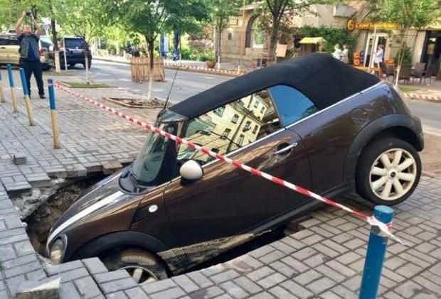 Авто провалилось під землю на Пушкінській, Київ