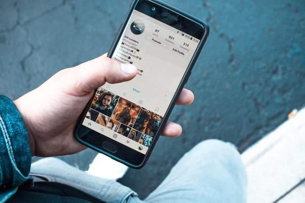 Фаббінг – звичка постійно відволікатися на смартфон під час спілкування з друзями