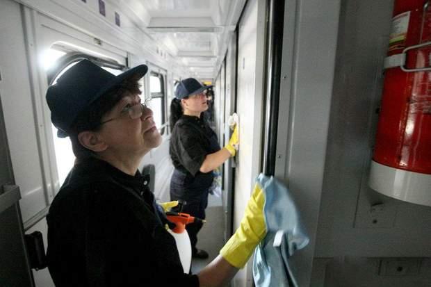 Прибиральниці миють вагони потягів