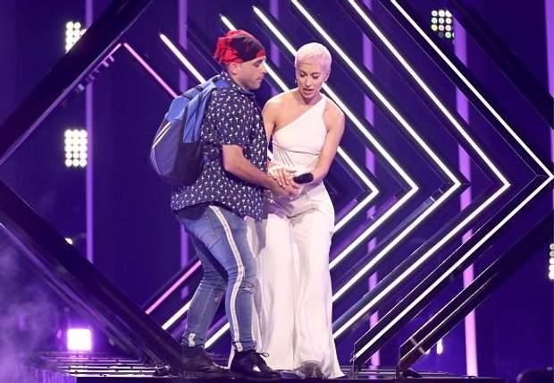 У певицы из Великобритании украли микрофон прямо на сцене ... | 428x620