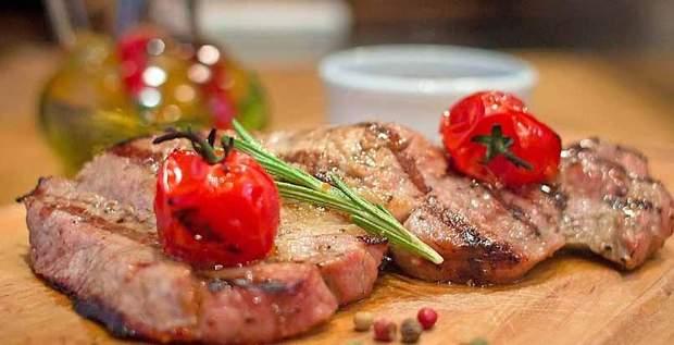 Одна з найпоширеніших причин зараження глистами – страва з не повністю готового м'яса