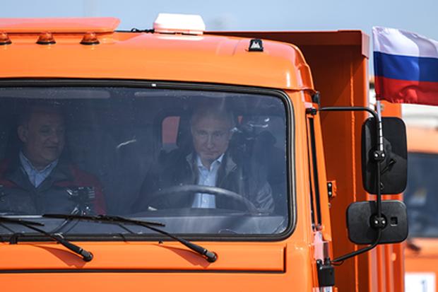 Путін перший проїхався Кримським мостом у кабіні помаранчевої вантажівки КамАЗ
