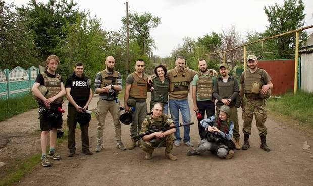 Журналісти та військові у Зайцевому