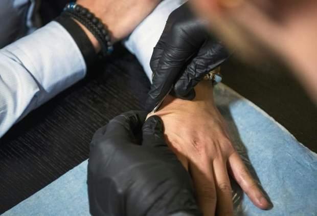 Шведи активно імплантують в руку чіпи