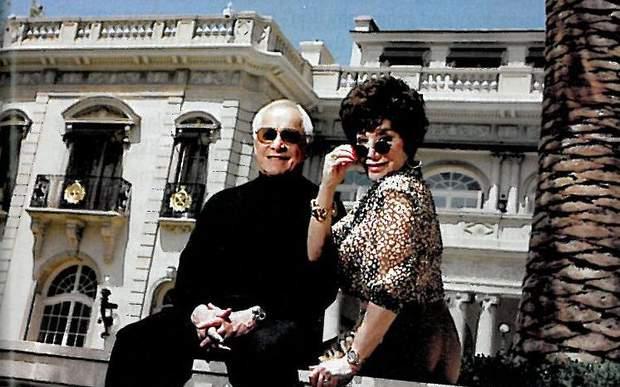Лінда та Стюарт на фоні свого розкішного будинку