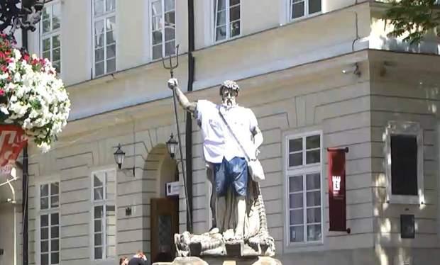 У Львові вбрали статуї у вишиванки