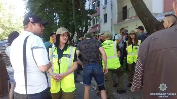 Працівники поліції намагаються уладнати конфлікт