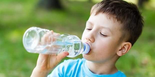 Слідкуйте, щоб дитина пила достатньо води