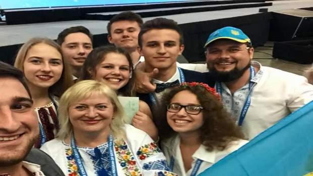 Переможниця з України та команда