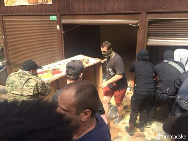 Під час сутичок на ринку на Лісовій поліція затримала 34 чоловіків