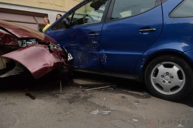 Жінка за кермом Jaguar протаранила 4 авто