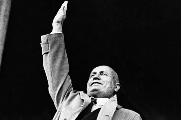 Беніто Муссоліні на трибуні
