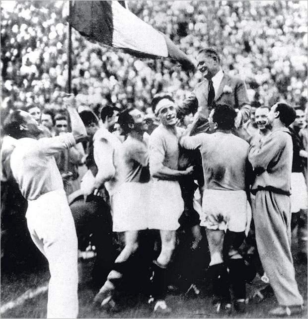 Збірна Італії святкує перемогу на чемпіонаті світу-1930