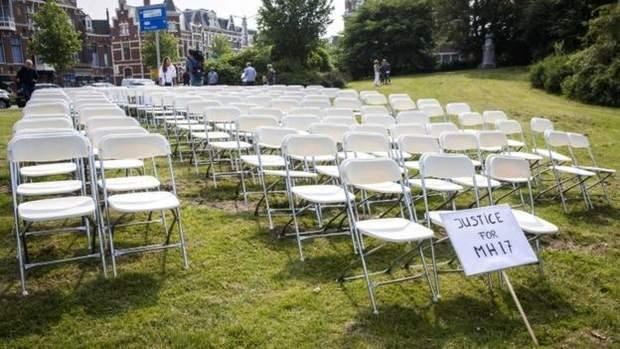 Мовчазний протест з 298 кріслами під посольством Росії