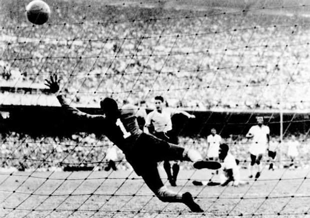 Хуан Скьяффіно забиває гол у ворота збірної Бразилії