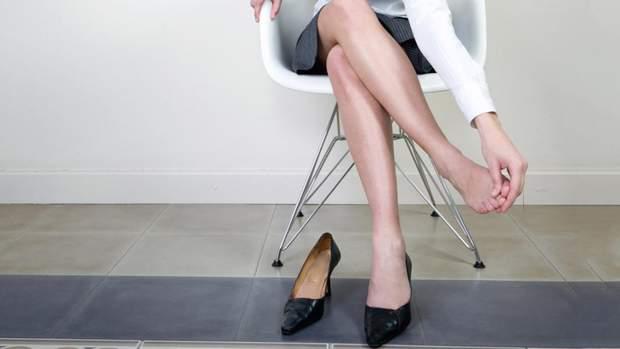 Ноги можуть набрякати через хворобу нирок або щитоподібної залози