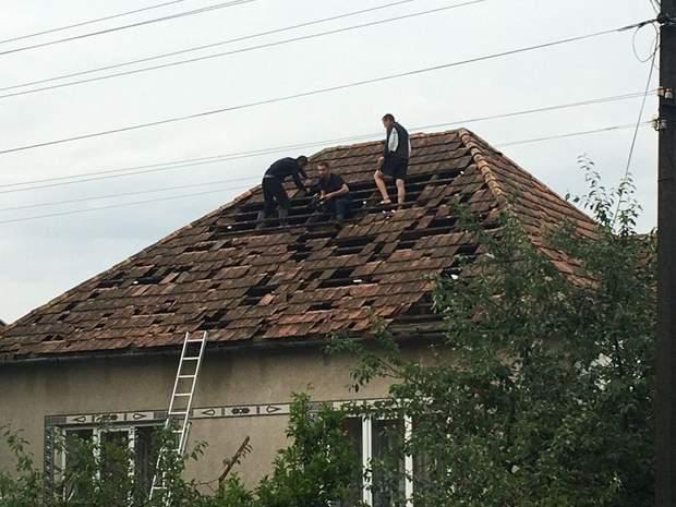 Закарпатці ремонтують покрівлю після стихії