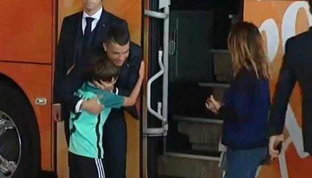 Кріштіану Роналду обіймає юного шанувальника